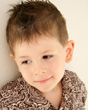 Het leuke kind van het jongens gelukkige tevreden dagdromen Royalty-vrije Stock Foto