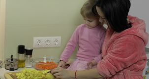 Het leuke kleine meisje koken met haar moeder Weinig dochter met moeder samen stock footage