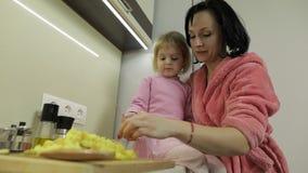 Het leuke kleine meisje koken met haar moeder Weinig dochter met moeder samen stock videobeelden