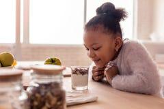 Het leuke krullende meisjesgevoel wekte alvorens dessert te proberen op royalty-vrije stock fotografie