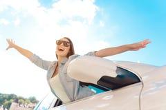Het leuke het Lachen Jonge Vrouw Hangen uit van Auto stock afbeelding