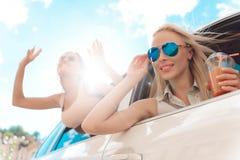 Het leuke het Lachen Jonge Vrouw Hangen uit van Auto stock afbeeldingen