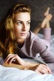 Het leuke meisje bij slaapkamer bekijkt venster Royalty-vrije Stock Fotografie