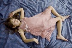Het leuke meisje dat van Littlle op het bed ligt Stock Fotografie