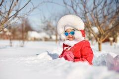 Het leuke meisje in de winter, heeft pret stock foto