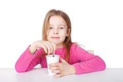 Het leuke meisje drinkt thee Stock Afbeeldingen