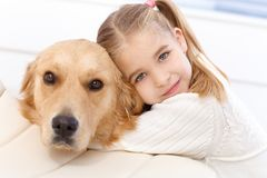 Het leuke meisje en hond omhelzen stock afbeeldingen