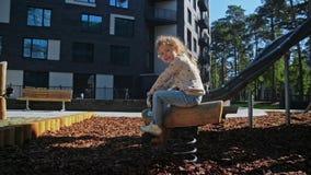 Het leuke meisje en jongens spelen in park dichtbij met huis stock video