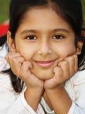 Het leuke meisje glimlachen Royalty-vrije Stock Foto's