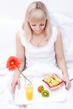 Het leuke meisje heeft een ontbijt stock afbeeldingen