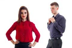 Het leuke meisje in het rode overhemd en de kerel bekijkt haar het houden van starende blik Royalty-vrije Stock Foto