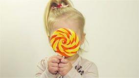 Het leuke meisje kauwt suikergoed stock footage