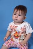 Het leuke meisje kijkt aandachtig Stock Fotografie