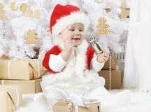 Het leuke meisje kleedde zich als Kerstman stock foto