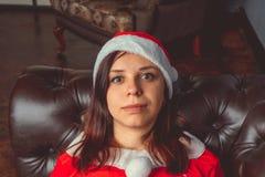 Het leuke meisje kleedde zich als Santa Claus Gelukkig Nieuwjaar en Vrolijke Kerstmis! royalty-vrije stock afbeeldingen