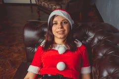 Het leuke meisje kleedde zich als Santa Claus Gelukkig Nieuwjaar en Vrolijke Kerstmis! stock afbeelding