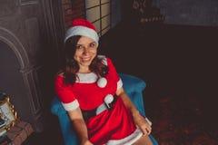 Het leuke meisje kleedde zich als Santa Claus Gelukkig Nieuwjaar en Vrolijke Kerstmis! royalty-vrije stock afbeelding