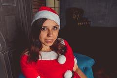 Het leuke meisje kleedde zich als Santa Claus Gelukkig Nieuwjaar en Vrolijke Kerstmis! stock afbeeldingen