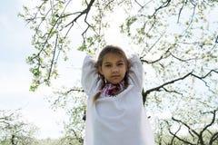 Het leuke meisje kleedde zich in borduurwerk in de tuin royalty-vrije stock foto's