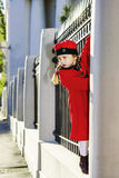 Het leuke meisje kleedde zich in het ouderwetse laag stellen op de straat Stock Foto's