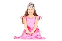 Het leuke meisje kleedde zich omhoog als prinses die een tiara dragen Stock Foto's