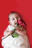 Het leuke meisje met rood nam toe stock foto