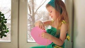 Het leuke meisje naait een roze handtas stock video