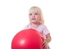 Het leuke meisje omhelst rode bal Stock Afbeeldingen