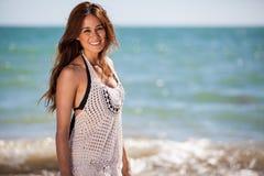 Het leuke meisje ontspannen bij het strand Royalty-vrije Stock Foto