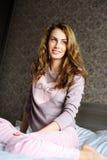 Het leuke meisje op een bed bekijkt venster Royalty-vrije Stock Fotografie