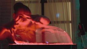 Het leuke meisje puft omhoog een grote bel en speelt met het, maakt een show, een close-up stock videobeelden