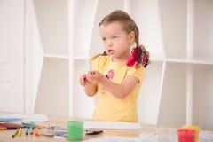 Het leuke meisje schilderen Stock Fotografie
