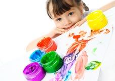 Het leuke meisje schilderen met vingerverven Stock Foto