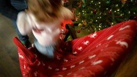 Het leuke Meisje slingert op een Schommelstoel Gelukkige Familie het Besteden Kerstmis Eve At Fireplace Together vrolijk stock videobeelden