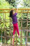 Het leuke meisje spelen in de speelplaats stock foto