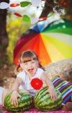 Het leuke meisje spelen in de zomerpark. Openlucht Stock Afbeelding
