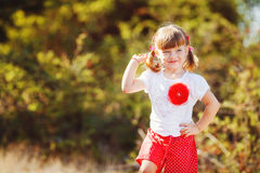 Het leuke meisje spelen in de zomerpark. Openlucht Stock Fotografie