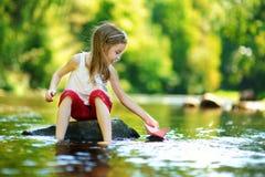 Het leuke meisje spelen met document boot stock fotografie