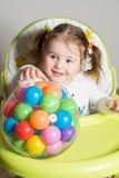 Het leuke meisje spelen met gekleurde ballen royalty-vrije stock afbeelding