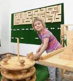 Het leuke meisje spelen met houten raadsels Stock Afbeeldingen