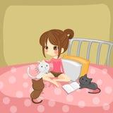 Het leuke meisje spelen met kleine katjes op hij Stock Foto's
