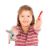Het leuke meisje spelen met verf Stock Fotografie
