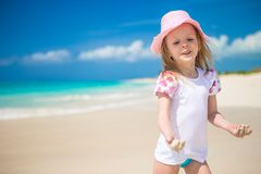 Het leuke meisje spelen in ondiep water bij royalty-vrije stock fotografie