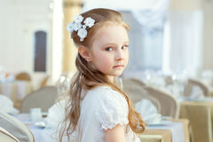 Het leuke meisje stellen met haardecoratie Stock Afbeeldingen