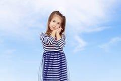 Het leuke meisje stellen voor de camera Stock Fotografie