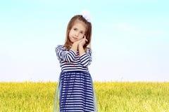 Het leuke meisje stellen voor de camera Royalty-vrije Stock Fotografie