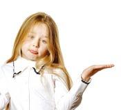 Het leuke meisje stellen voor reclame, die signes door handen maken Royalty-vrije Stock Foto's