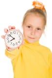 Het leuke Meisje toont de klok Stock Foto