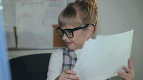 Het leuke meisje werkt gewillig met PC in bureau 4K stock videobeelden
