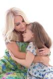 Het leuke moeder en dochter koesteren geïsoleerd op wit Royalty-vrije Stock Foto's